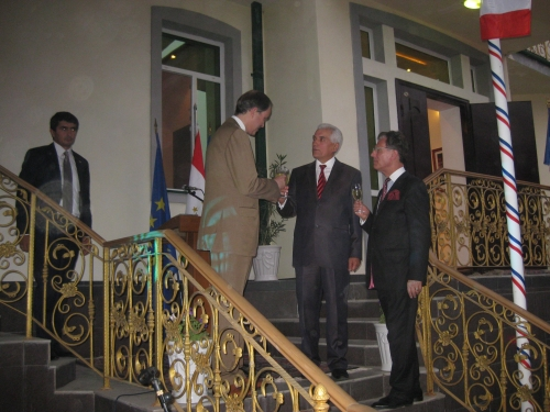 IMG_2669 Toast porté aux bonnes relations franco-tadjik avec notre ambassadeur et le ministre tadjik .JPG