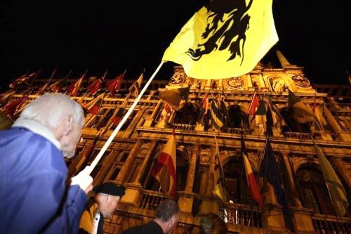 un-partisan-de-la-nouvelle-alliance-flamande-n-va-agite-un-d_860139.jpg