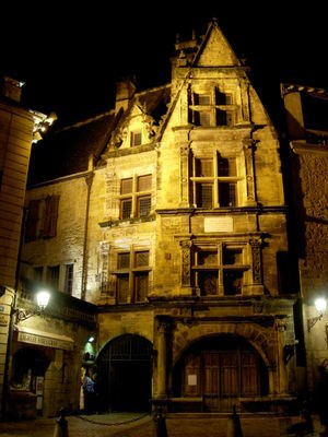 300px-Sarlat-medieval-city-by-night-13.jpg