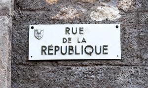 une-plaque-de-nom-de-rue-en-francais-pour-rue-de-la-republique-byb67h.jpg