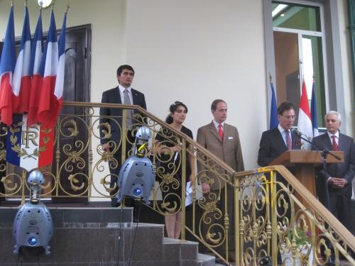 IMG_2666 Notre ambassadeur présente le prince à la réception du 14 juillet.JPG