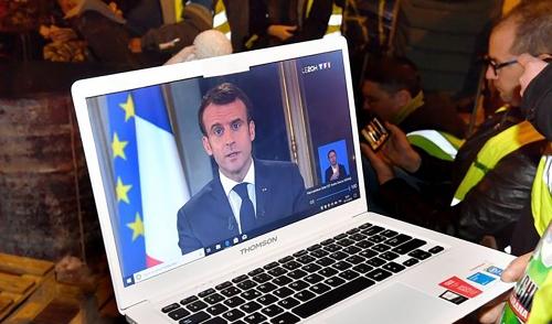 640_des_gilets_jaunes_regardent_lallocution_demmanuel_macron_le_10_decembre.jpg