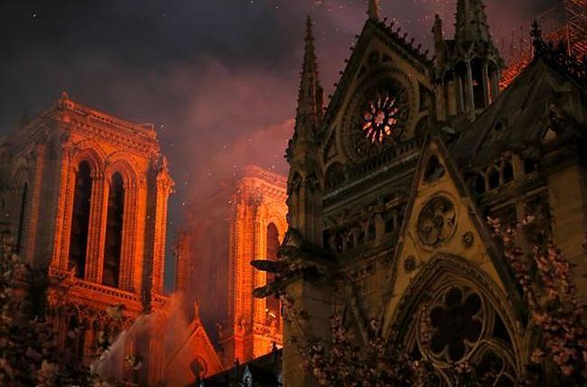 Les-pompiers-annoncent-que-la-structure-de-Notre-Dame-de-Paris-est-sauvee.jpg